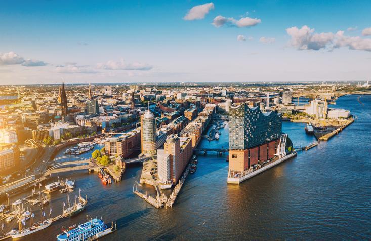 Blick von oben von der Elbe aus auf Hamburg
